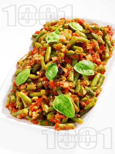 Салата от замразен зелен фасул (зелен боб), лук, чесън, домати от консерва или буркан и маслини - снимка на рецептата